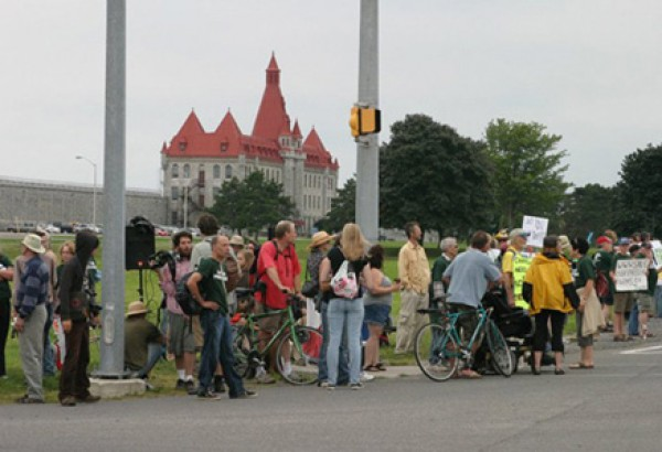 Prison farm supporters stand outside Kingston, Ontario's Frontenac Institution. (photo: Mieke Van Geest)